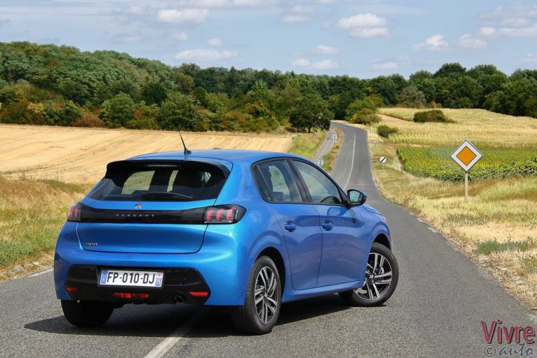 Photo de la Peugeot 208 en finition Allure PureTech 100 Bleu Vertigo